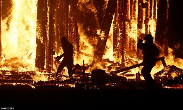 Mỹ: Du khách tham gia lễ hội Burning Man kinh hãi khi thấy một người đàn ông lao mình vào biển lửa - Ảnh 1.