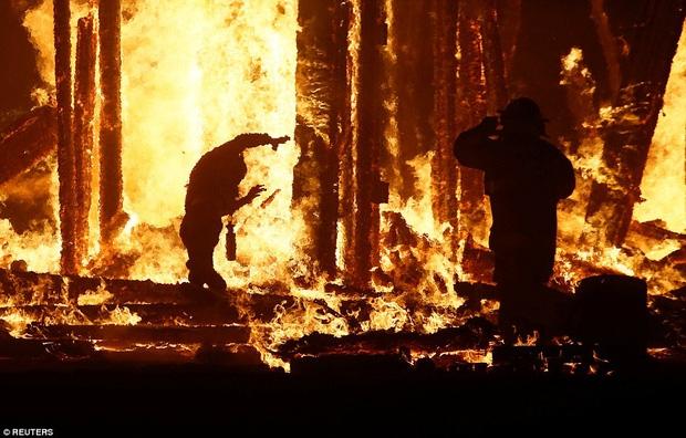 Mỹ: Du khách tham gia lễ hội Burning Man kinh hãi khi thấy một người đàn ông lao mình vào biển lửa - Ảnh 2.