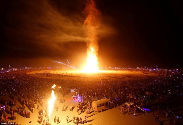 Mỹ: Du khách tham gia lễ hội Burning Man kinh hãi khi thấy một người đàn ông lao mình vào biển lửa - Ảnh 4.