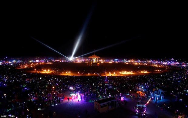 Mỹ: Du khách tham gia lễ hội Burning Man kinh hãi khi thấy một người đàn ông lao mình vào biển lửa - Ảnh 6.