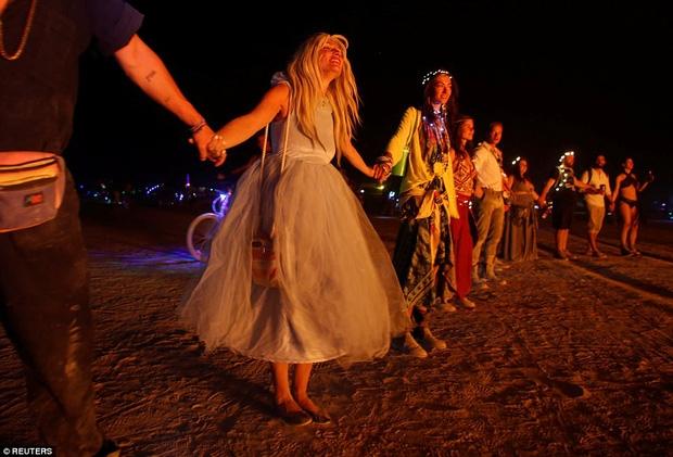 Mỹ: Du khách tham gia lễ hội Burning Man kinh hãi khi thấy một người đàn ông lao mình vào biển lửa - Ảnh 7.