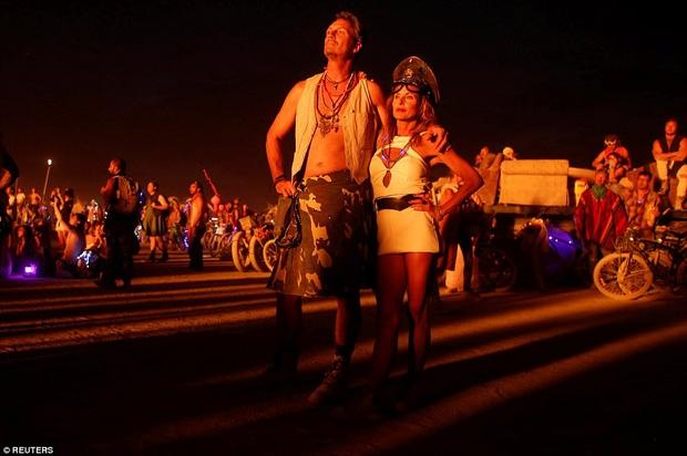 Mỹ: Du khách tham gia lễ hội Burning Man kinh hãi khi thấy một người đàn ông lao mình vào biển lửa - Ảnh 8.