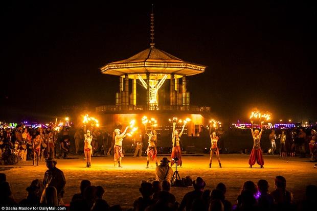 Mỹ: Du khách tham gia lễ hội Burning Man kinh hãi khi thấy một người đàn ông lao mình vào biển lửa - Ảnh 9.