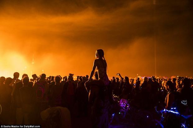 Mỹ: Du khách tham gia lễ hội Burning Man kinh hãi khi thấy một người đàn ông lao mình vào biển lửa - Ảnh 10.