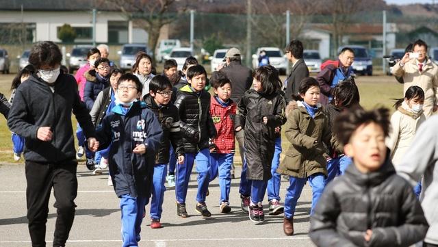 Học sinh tiểu học Nhật Bản học kỹ năng sơ tán trong trường hợp khẩn cấp (Ảnh: Kyodo)