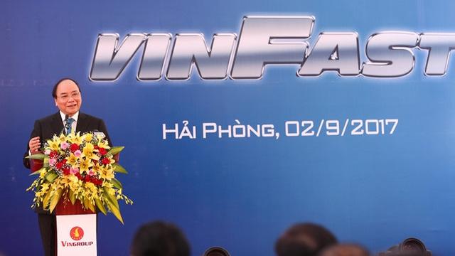 Thủ tướng Chính Phủ Nguyễn Xuân Phúc hoan nghênh VINFAST cam kết triển khai khẩn trương dự án để có sản phẩm đầu tiên vào năm tới.