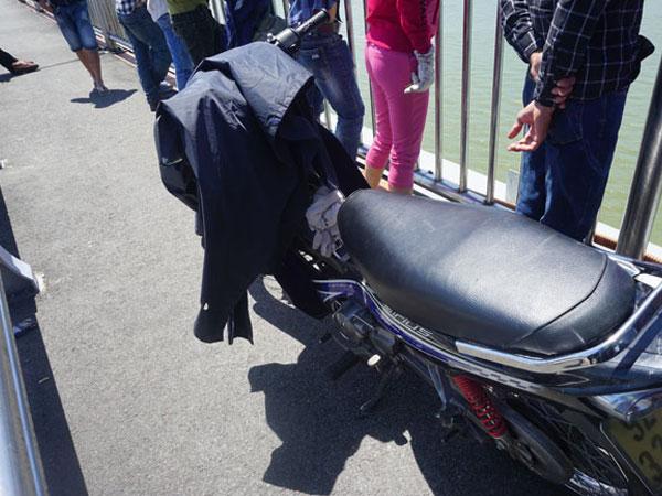 Nam thanh niên bỏ xe trên cầu rồi nhảy sông tự tử