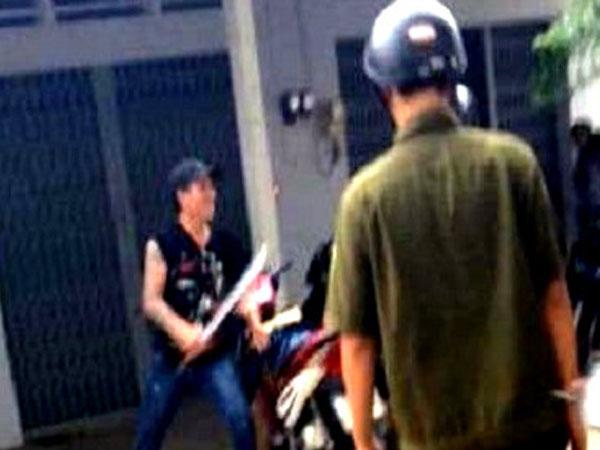 Trung úy công an bị thanh niên nghi ngáo đá chém đứt gân tay