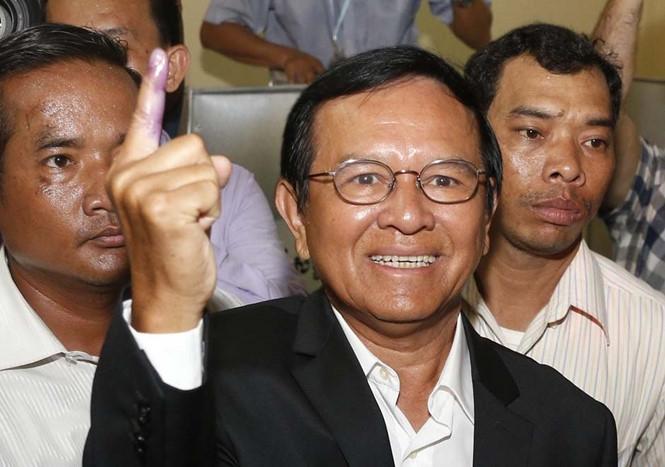 Chủ tịch đảng đối lập Cứu nguy dân tộc Campuchia Kem Sokha (giữa) /// Ảnh: AFP