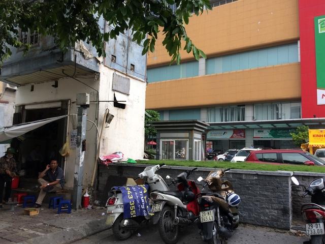 Quán trà đá nằm ngay phía mặt tiền tòa nhà