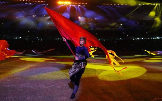 Một nghệ sĩ biểu diễn trong lễ bế nạc SEA Games 29 /// Reuters