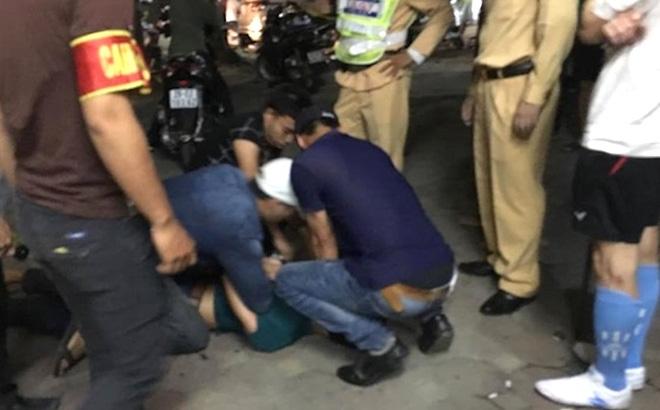 Nam thanh niên đâm vào xe rác rồi đấm vào mặt CSCĐ khi bị kiểm tra