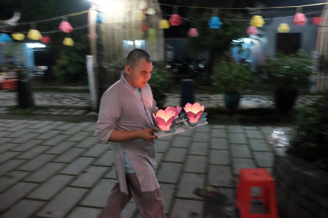 Mặc mưa lớn, hàng trăm người Sài Gòn rủ nhau đi thả hoa đăng nửa đêm mùa Vu Lan báo hiếu - Ảnh 1.