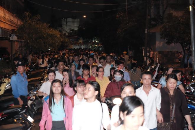 Mặc mưa lớn, hàng trăm người Sài Gòn rủ nhau đi thả hoa đăng nửa đêm mùa Vu Lan báo hiếu - Ảnh 2.