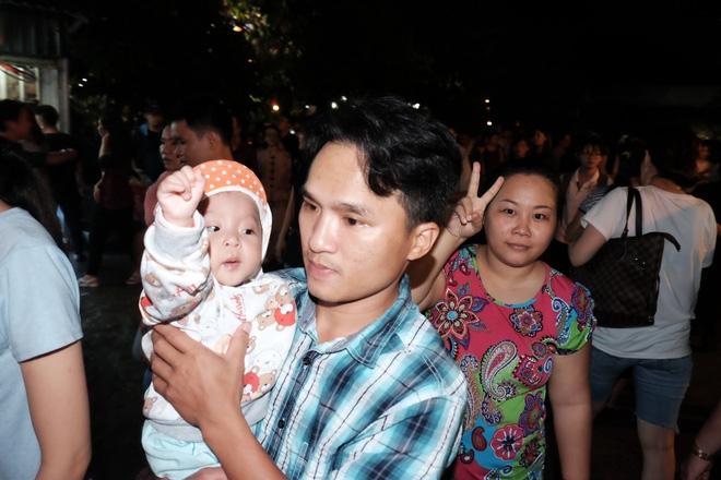 Mặc mưa lớn, hàng trăm người Sài Gòn rủ nhau đi thả hoa đăng nửa đêm mùa Vu Lan báo hiếu - Ảnh 3.