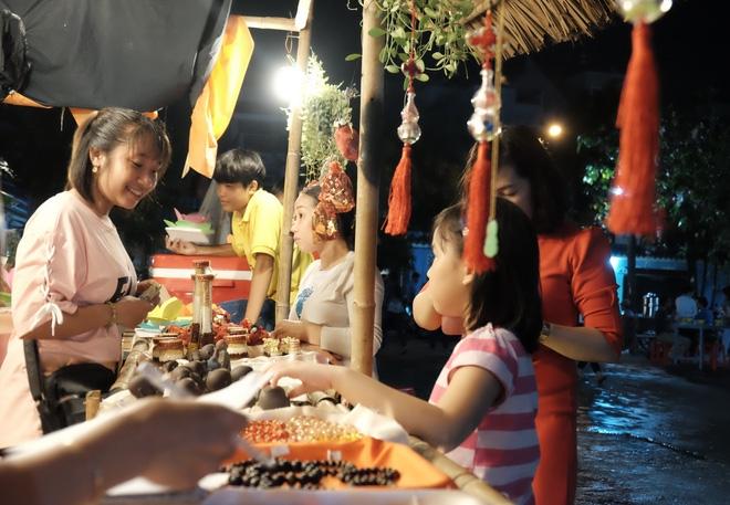 Mặc mưa lớn, hàng trăm người Sài Gòn rủ nhau đi thả hoa đăng nửa đêm mùa Vu Lan báo hiếu - Ảnh 9.