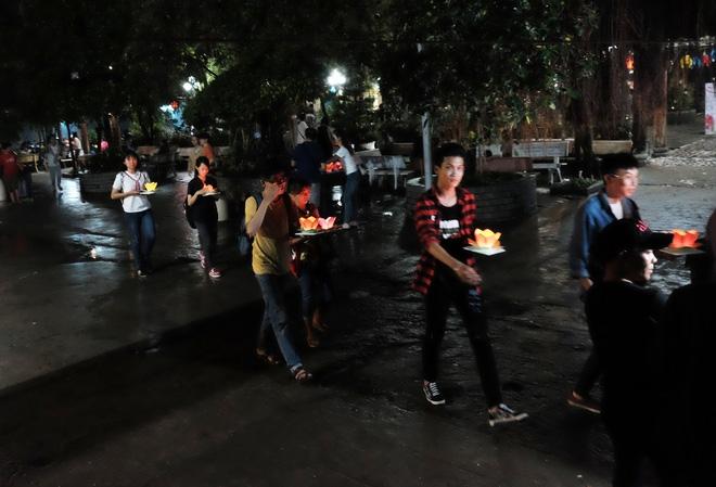 Mặc mưa lớn, hàng trăm người Sài Gòn rủ nhau đi thả hoa đăng nửa đêm mùa Vu Lan báo hiếu - Ảnh 10.