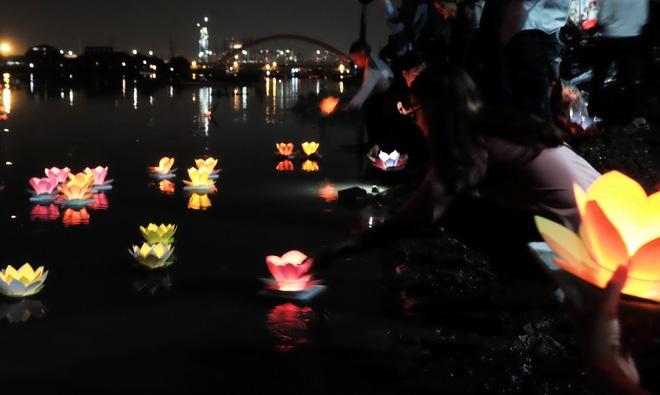 Mặc mưa lớn, hàng trăm người Sài Gòn rủ nhau đi thả hoa đăng nửa đêm mùa Vu Lan báo hiếu - Ảnh 11.