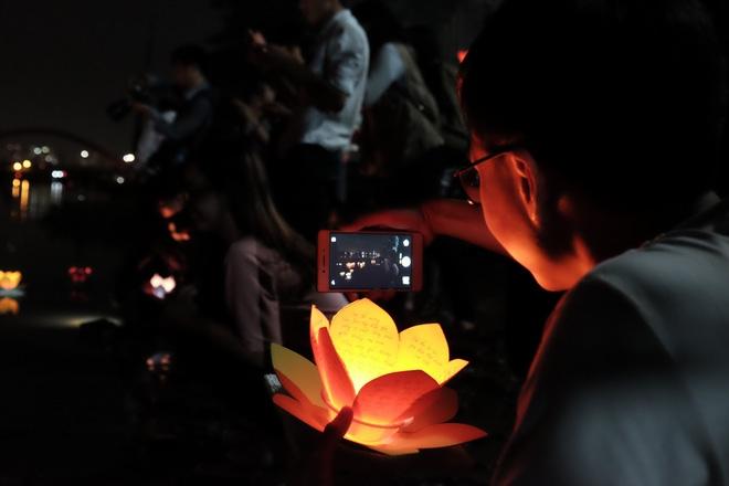 Mặc mưa lớn, hàng trăm người Sài Gòn rủ nhau đi thả hoa đăng nửa đêm mùa Vu Lan báo hiếu - Ảnh 12.