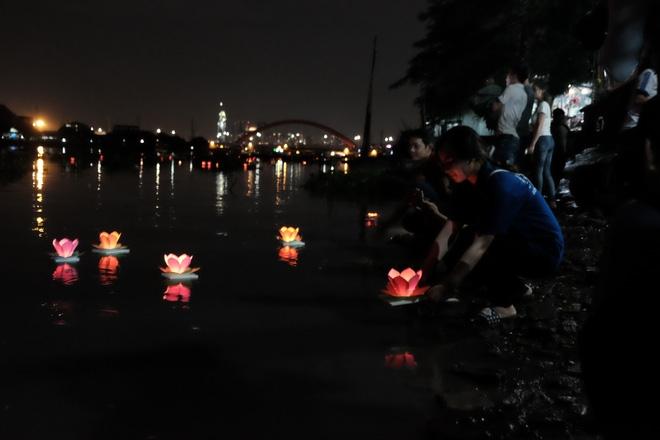 Mặc mưa lớn, hàng trăm người Sài Gòn rủ nhau đi thả hoa đăng nửa đêm mùa Vu Lan báo hiếu - Ảnh 13.