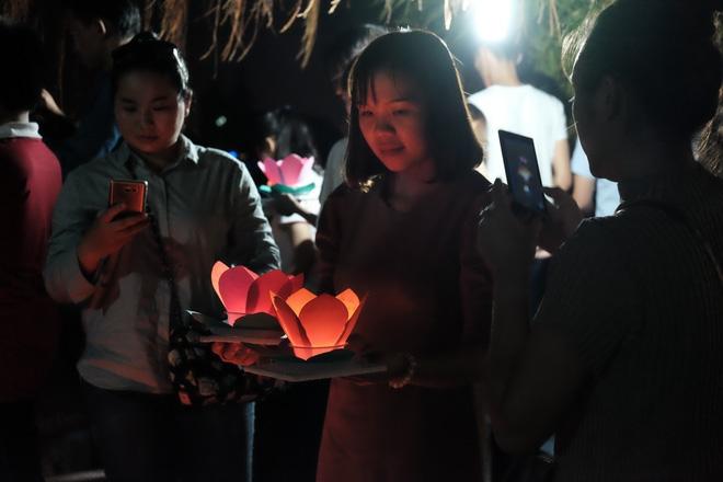 Mặc mưa lớn, hàng trăm người Sài Gòn rủ nhau đi thả hoa đăng nửa đêm mùa Vu Lan báo hiếu - Ảnh 14.