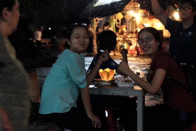 Mặc mưa lớn, hàng trăm người Sài Gòn rủ nhau đi thả hoa đăng nửa đêm mùa Vu Lan báo hiếu - Ảnh 15.