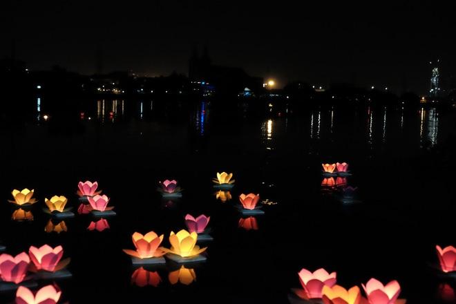 Mặc mưa lớn, hàng trăm người Sài Gòn rủ nhau đi thả hoa đăng nửa đêm mùa Vu Lan báo hiếu - Ảnh 16.