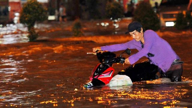 Quốc lộ 51 ngập lênh láng như sông, giao thông chia cắt - Ảnh 3.