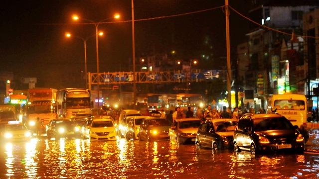 Quốc lộ 51 ngập lênh láng như sông, giao thông chia cắt - Ảnh 4.