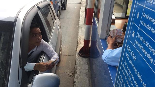 Tài xế trả tiền lẻ trên quốc lộ 5 để gây khó khăn cho nhân viên thu phí và gây ùn tắc giao thông (ảnh: Trần Thanh)