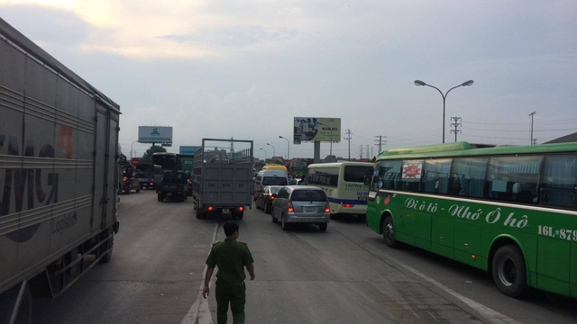 Quốc lộ 5 ùn tắc giao thông do các tài xế trả tiền lẻ khi qua trạm chiều 5/9 (ảnh: Trần Thanh)