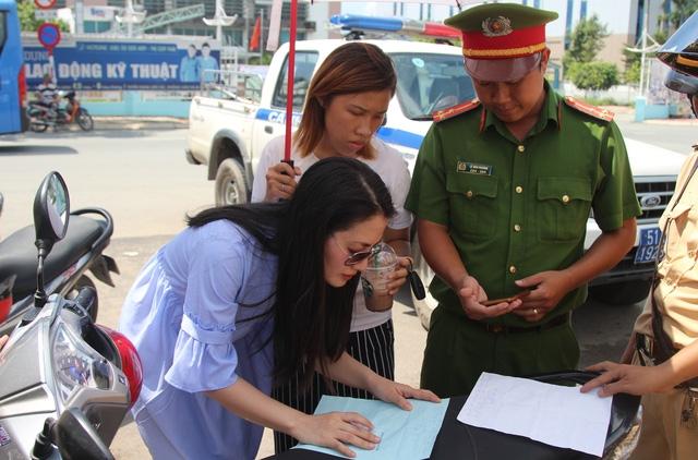 Diễn viên Ngọc Lan bị CSGT Rạch Chiếc lập biên bản vi phạm.