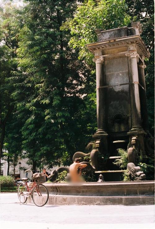 Xôn xao hình ảnh người đàn ông hồn nhiên tắm tiên trong công viên tại Hà Nội - Ảnh 1.
