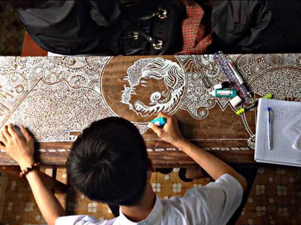 9X Đà Nẵng vẽ tranh đẹp đến từng chi tiết lên bàn học bằng bút xoá