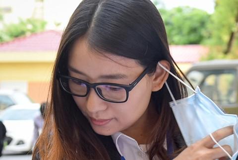Hoang Thi Hong Tu lan thu 3 khoc tai toa khi bi luat su hoi don dap hinh anh