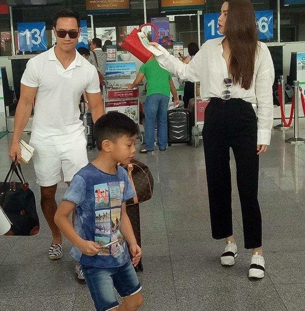 Kim Lý ga lăng xách hành lý cho mẹ con Hồ Ngọc Hà - Ảnh 1.