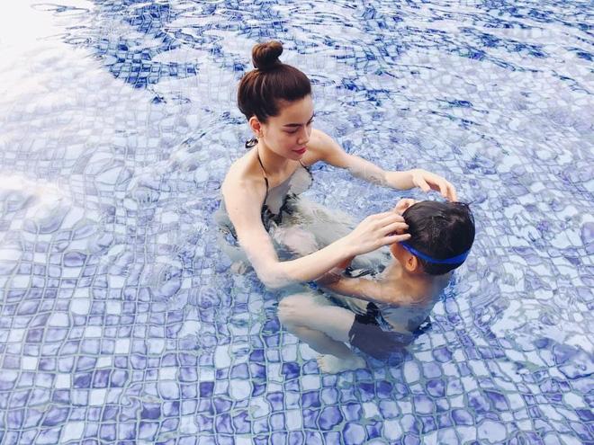 Kim Lý ga lăng xách hành lý cho mẹ con Hồ Ngọc Hà - Ảnh 2.