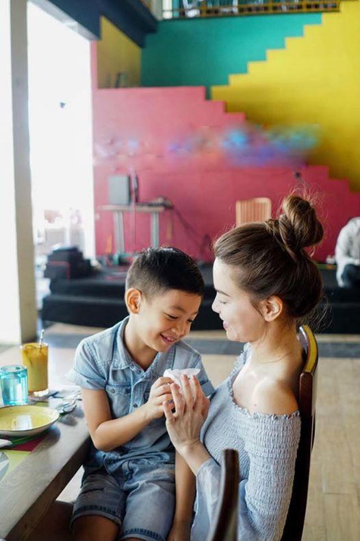 Kim Lý ga lăng xách hành lý cho mẹ con Hồ Ngọc Hà - Ảnh 4.