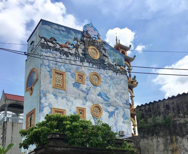 Hai bên ngôi nhà được sơn màu xanh với những đám mây và hình ngựa