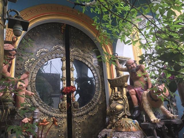Từ cổng dẫn vào nhà hàng chục các bức tượng được đặt la liệt