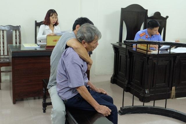 Tại phiên tòa, người thân phải ngồi bên cạnh cho bị cáo tựa vào.