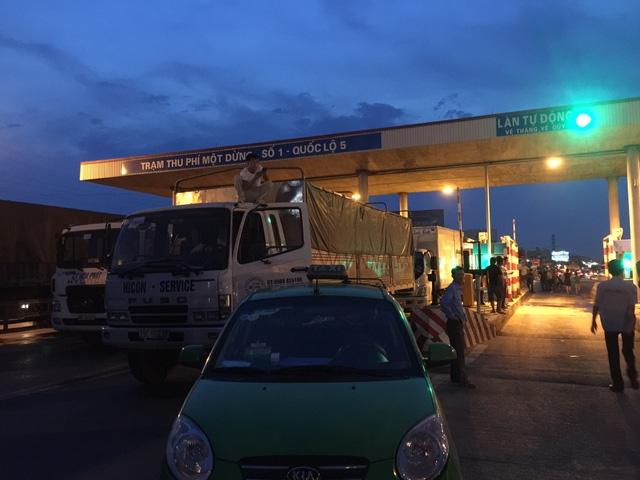 Tài xế xe tải, xe bồn đỗ xe tại trạm thu phí số 1, gây ùn tắc trên Quốc lộ 5 chiều tối 4/9