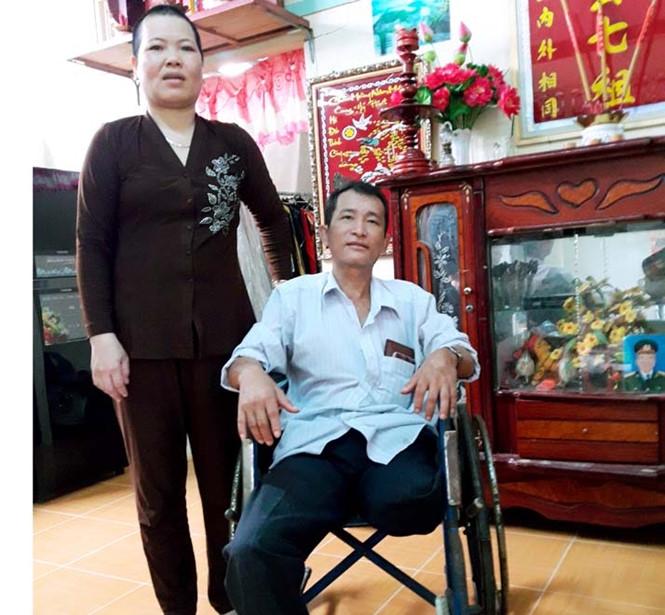 Bà Loan và ông Lý Thanh Trường bị cưa cụt chân trái /// Ảnh: Trần Thanh Phong