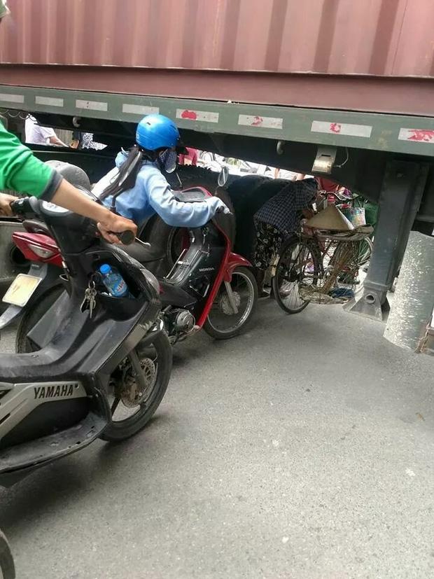 Bất chấp nguy hiểm, người dân thi nhau chui gầm container chắn ngang giữa đường để lưu thông - Ảnh 5.