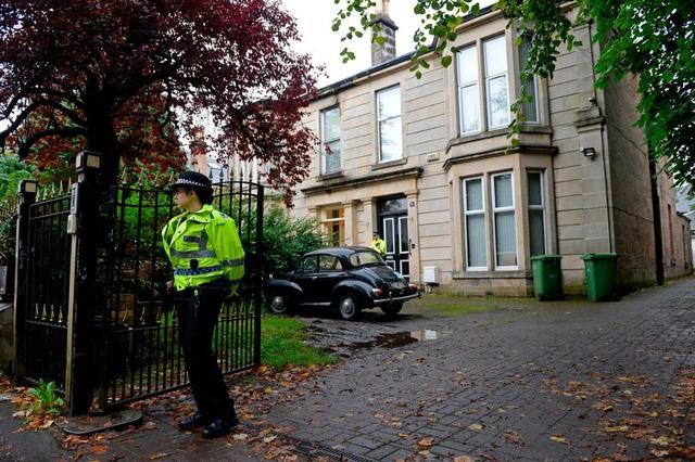 Cảnh sát đứng ở ngoài ngôi nhà, nơi cô bé bị chết.