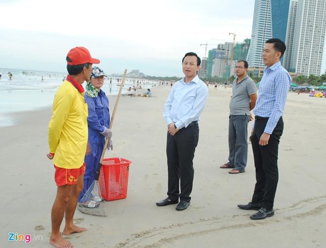 Bi thu Nguyen Xuan Anh lang le thi sat bai bien Da Nang hinh anh 1