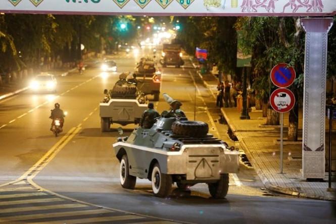 Xe quân sự của quân đội Campuchia trên đường phố Phnom Penh giữa lúc căng thẳng biên giới dâng cao giữa nước này với Lào tháng 8.2017. Ảnh tư liệu /// Reuters