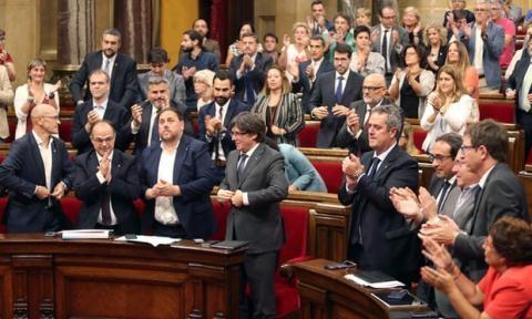 Ông Carles Puigdemont - đứng dậy trong tiếng vỗ tay chúc mừng của các Nghị sĩ xứ Catalonia khi thông qua dự luật trưng cầu dân ý.