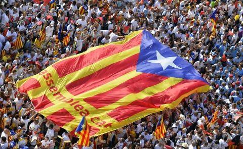 Người dân Catalonia giơ cao một lá cờ độc lập nhân Ngày Quốc gia Catalonia.