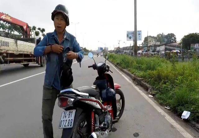 Cuộc rượt đuổi của người đàn ông lạ mặt khi phát hiện có người quay phim CSGT. Người này chặn đầu xe người quay clip và chửi thề, đe dọa, buộc xóa clip.